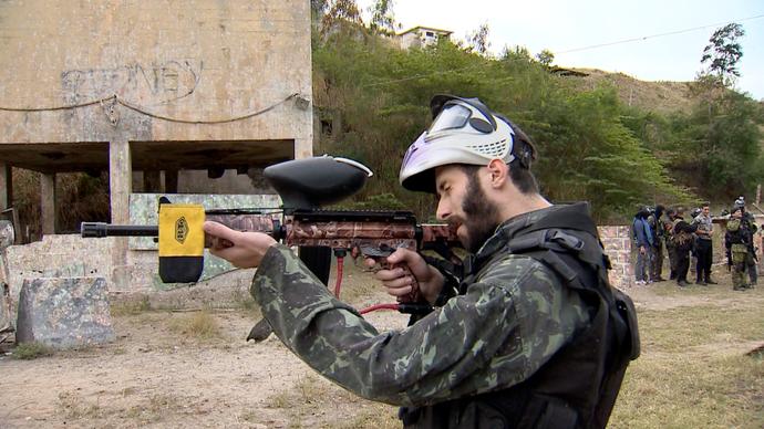 A marcadora é utilizada para disparar bolinhas de tinta no Paintball  (Foto: Divulgação / TV Gazeta ES)