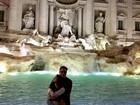 Fábio Assunção posa com Pally Siqueira na frente da Fontana di Trevi