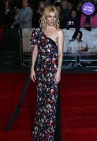 Look do dia: Sienna Miller usa vestido estampado em première em Londres