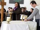 Vejas fotos da missa de Hebe.  Padre Marcelo Rossi fez brincadeira sobre o cabelo da apresentadora