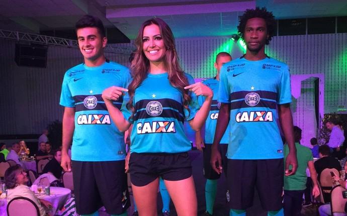 Modelo e jogadores vestem o novo uniforme do Coritiba (Foto: Ana Helena Goebel)
