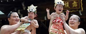 Lutadores de sumô seguram 'bebês chorões'  (Toshifumi Kitamura/AFP)
