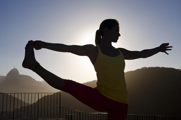 Samanta assinala que a postura desenvolve o equilíbrio (não apenas físico, mas também emocional e mental) e produz um alongamento das pernas, dos tornozelos e dos braços, sendo preventivo da osteoporose. (Foto: © Haroldo Castro)