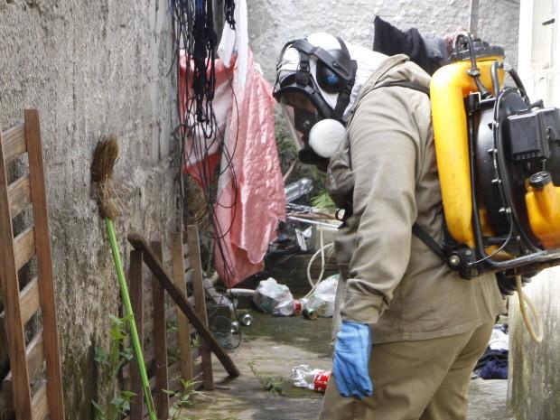 Agente do CCZ faz o combate ao mosquito da dengue em residência de São José dos Campos. (Foto: Divulgação/PMSJC)