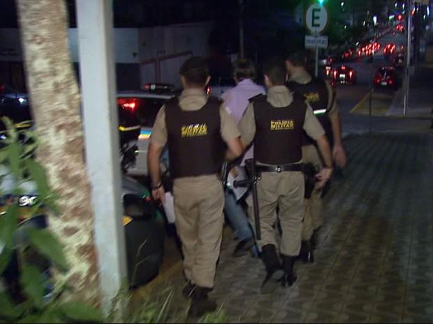 Médicos foram detidos pela PM e levados ao Presídio de Poços de Caldas (Foto: Marcelo Rodrigues/ EPTV)