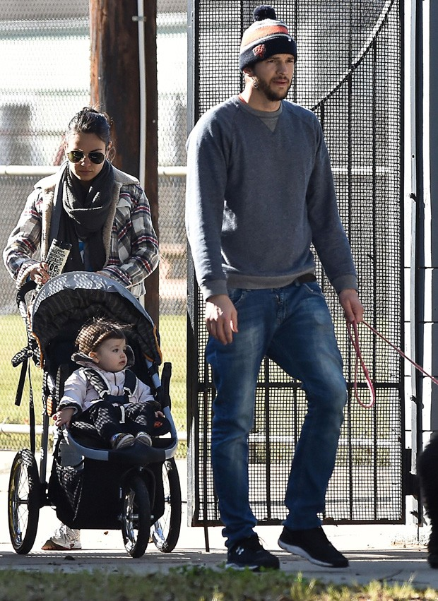Passeio em família: Mila, Wyatt e Ashton (Foto: The Grosby Group)