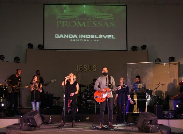 A banda Indelével, de Curitiba, emocionou o público com a adoração (Foto: Rafael Veraldo/ RPC)