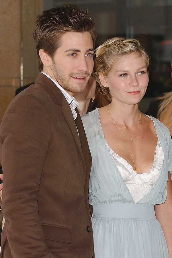 Kirsten Dunst e Jake Gyllenhaal eram fãs de sexo em público quando namoravam e ela contou que além de carros, praias e banheiros, eles só desistiram de um corredor de hotel com medo de serem expulsos (Foto: Getty Images)