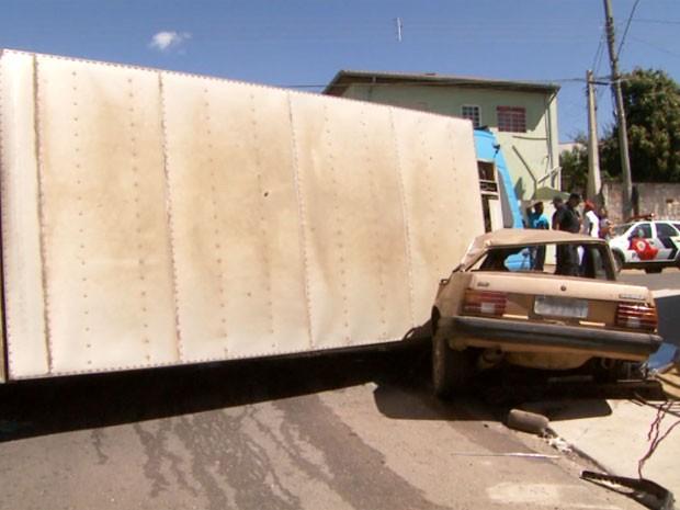 Caminhão tomba sobre carro e mata homem de 32 anos em Hortolândia (Foto: Reprodução EPTV)
