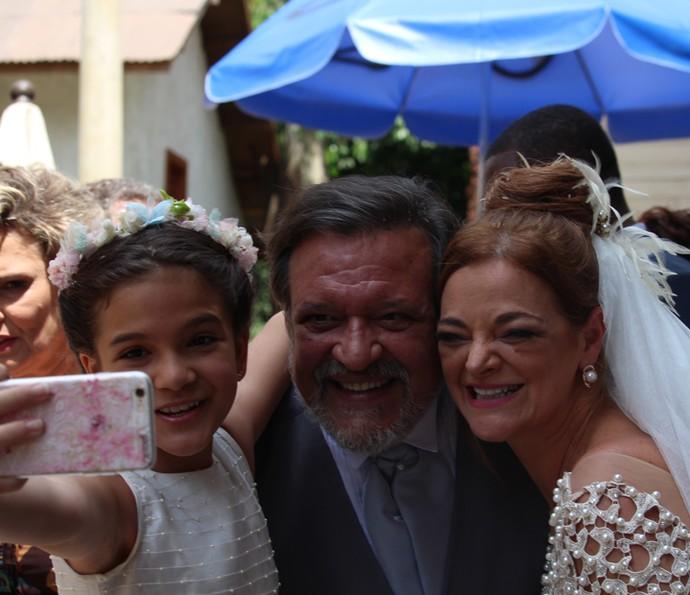 Mel Maia faz selfie com Inês Peixoto e Luis Melo (Foto: Cláudia Esteves)