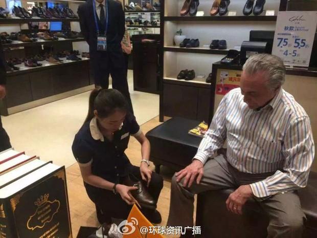 Temer compra sapato durante viagem à China (Foto: Reprodução/China Radio International)