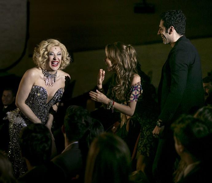 A atriz se diverte durante conversa com a feirante (Foto: Isabella Pinheiro/Gshow)