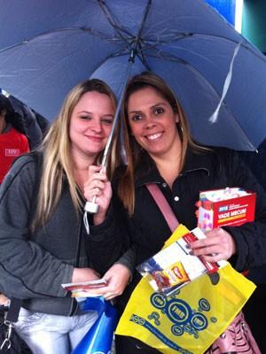 Vanessa e Renata chegaram animadas para fazer o exame (Foto: Mariana Palma/G1)