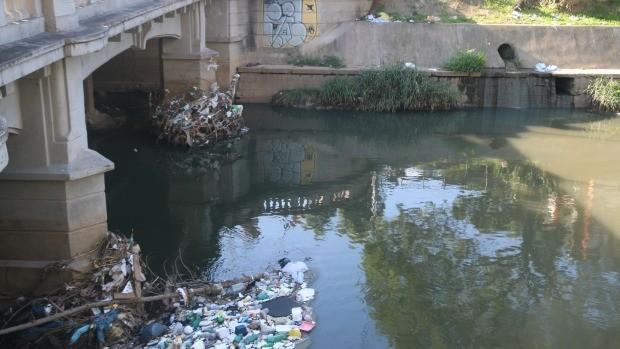São retiradas toneladas de lixo e entulho do Arroio Dilúvio (Foto: Bruna Zanatta/G1)