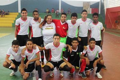 A treinadora Ane Barros no meio de seus jogadores (Foto: Henrique Almeida)