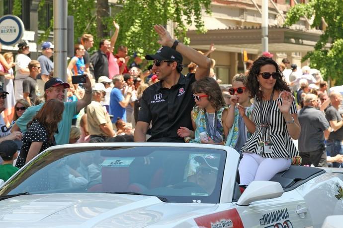 Justin Wilson ao lado da família em 2015, durante parada festiva (Foto: Divulgação)