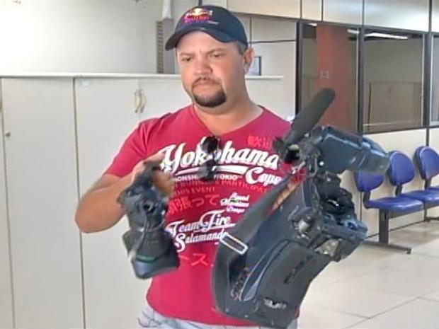 Cinegrafista mostra equipamento quebrado na 82ª Delegacia de Polícia de Maricá (Foto: Reprodução/ Inter TV)