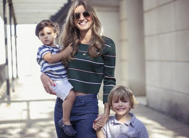 Maria Rudge e os filhos, Otávio e Miguel (Foto: Vitor Manon)