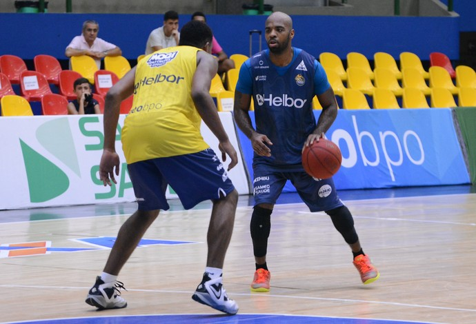 Larry Taylor armador Mogi das Cruzes basquete (Foto: Cairo Oliveira)