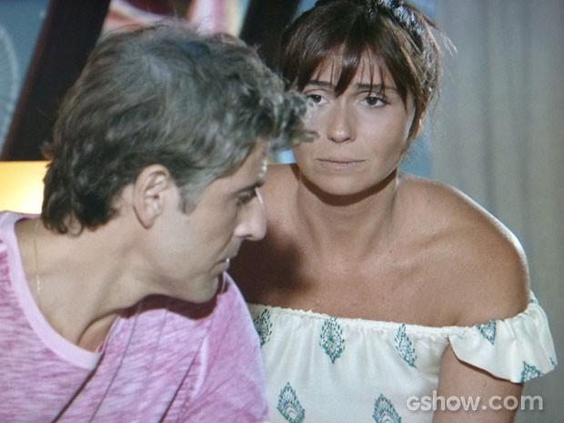 Clara fica chateada com o marido que quer pedir dinheiro a Marina (Foto: Em Família/TV Globo)