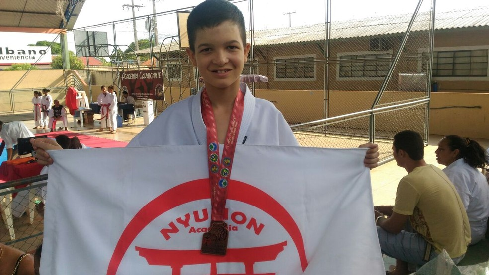 Adolescente usa o karatê para superar deficiência (Foto: Marco Bernardi)
