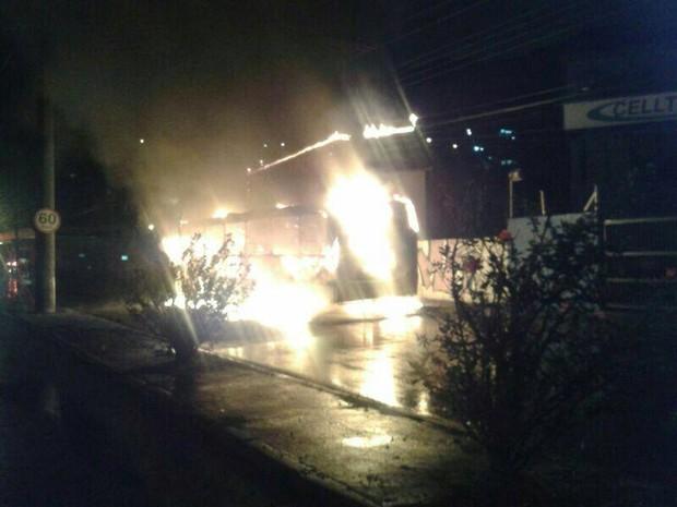 Ônibus foi incendiado no Saco dos Limões na noite de domingo (Foto: Polícia Militar/Divulgação)