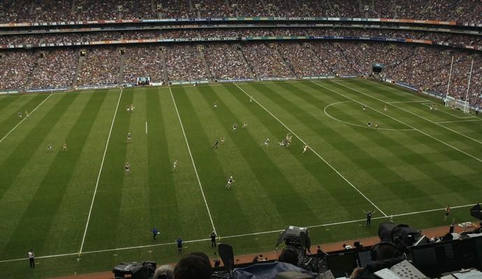 O gigantesco campo onde se joga o Hurling, no Croke Park, em Dublin, na Irlanda (Foto: Reprodução Pindorama Filmes)