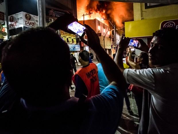 Com celulares, população registra Incêndio começou no início da noite (Foto: Jonathan Lins/G1)