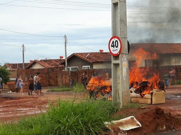Moradores colocaram fogo em móveis usados  (Foto: José Rubens Antoniazzi/ Arquivo pessoal )