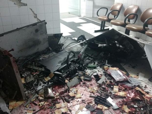 Criminosos renderam o vigia e explodiram um caixa eletrônico que ficava dentro de universidade em Paranavaí (Foto: Polícia Civil/Divulgação)