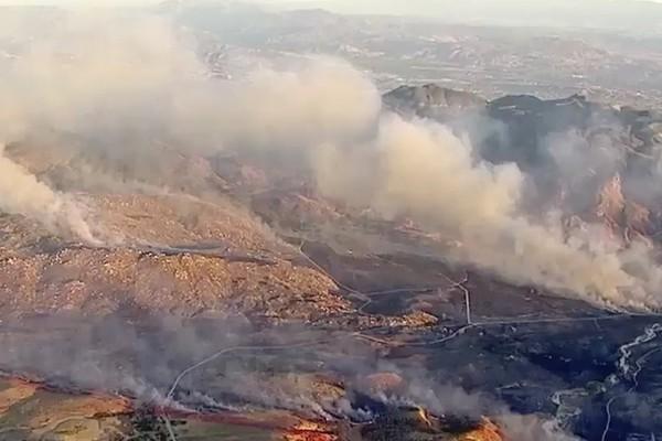 O incêndio que tomou conta da região na qual está instalado o rancho do ator John Galecki (Foto: Reprodução)