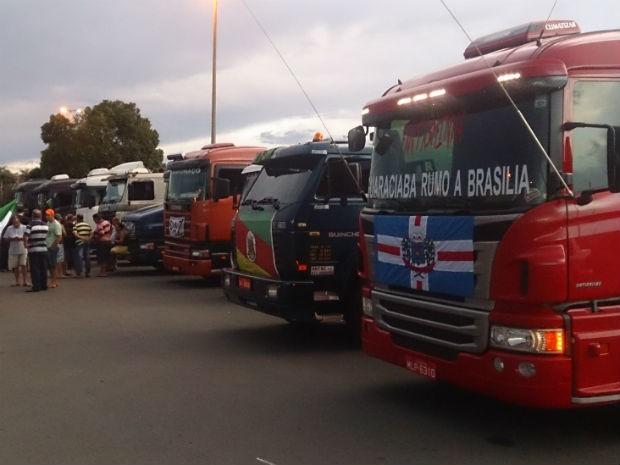 Caminhões de Santa Rosa (RS) estacionados em frente ao estádio Mané Garrincha, no DF (Foto: Mateus Rodrigues/G1)