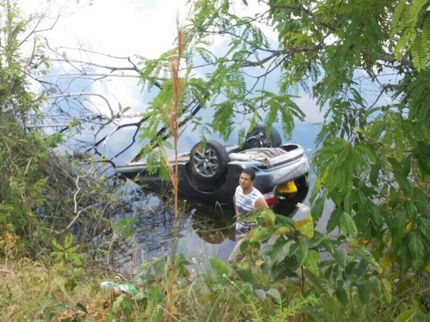 Carro foi localizado em lago no km 235 da BR-174 (Foto: Divulgação/Polícia Rodoviária Federal)