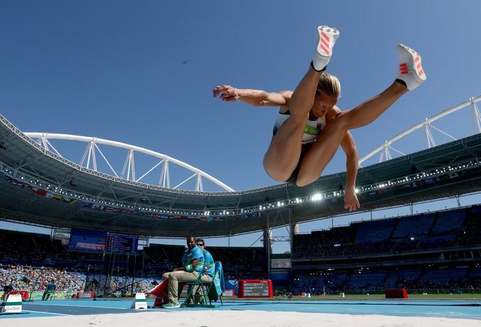 GALERIA - Alemã Jennifer Oeser compete na prova de saltos do heptatlo (Foto: Alexander Hassenstein/Getty Images)
