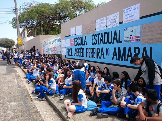 Estudantes realizaram protesto a favor de projeto sobre violência policial (Foto: Jomar Bellini/G1)
