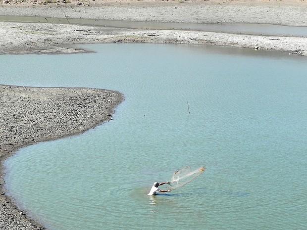 Mesmo com a água se tornando lama, sertanejo ainda tenta a sorte em pescaria (Foto: Taiguara Rangel/G1)