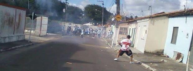 Confusão na entrada do Estádio Fernando França (Foto: Reprodução/Aracaju Como Eu Vejo)