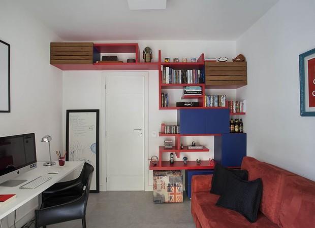 Quarto de hóspedes/escritório: A estante colorida e assimétrica foi desenhada pelas designers de interiores da AR Interiores. O sofá e os pufes são da Novo Ambiente (Foto: Divulgação)