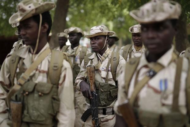 Tropas do Chade participam de cerimônia em base em N'djamena, no Chade, nesta segunda-feira (9). País iniciou ofensiva contra o Bolo Haram na Nigéria neste domingo (8) (Foto: Jerome Delay/AP)