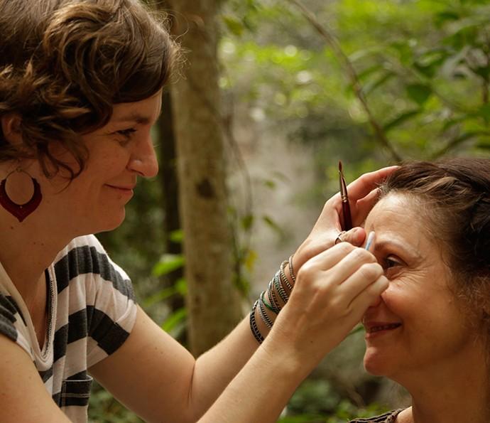 Zezé Polessa sendo maquiada para cena de Ascenção (Foto: Alessandra Albuquerque/Gshow)