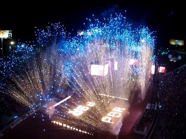 Abertura da noite de rodeio tem grande queima de fogos na Arena de Barretos (Foto: GF Drone)