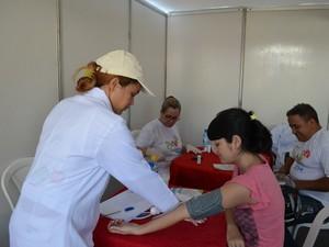 População boavistense recebeu serviços como: aferição de pressão, teste de glicemia e outros voltados à saúde  (Foto: Neidiana Oliveira/G1)