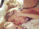 Danielle Winits posa na cama com o filho caçula: 'Doidinho igual eu (sic)'