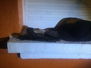 Com dupla foi encontrado pistola 9 milímetros, de fabricação italiana (Foto: Polícia Civil/Divulgação)