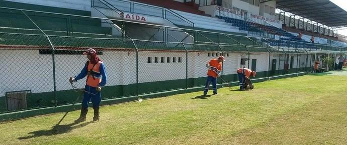Correão recebe os últimos ajustes para receber os jogos da Cabofriense (Foto: Gustavo Garcia)