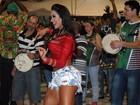 Gracyanne Barbosa mostra muito mais do que samba no pé em ensaio