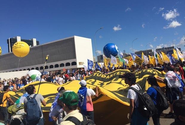 Com faixas, estudantes ocupam Museu Nacional da República em ato contra a redução da maioridade penal (Foto: Luciana Amaral/G1)