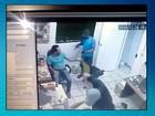 Criminosos rendem funcionários e roubam loja de celulares; veja vídeo
