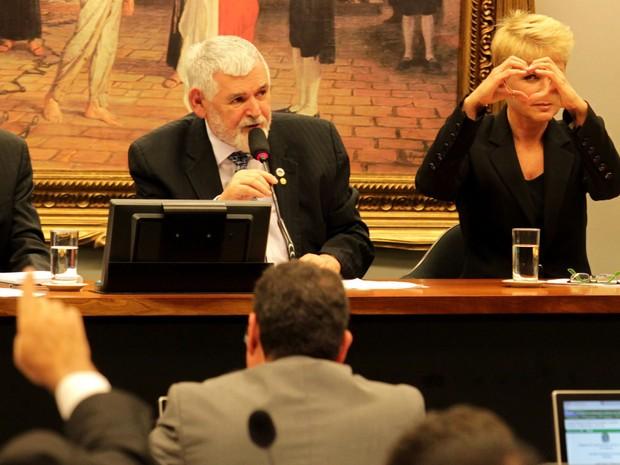 Xuxa vai à Câmara apoiar projeto que proíbe pais de bater em crianças. Apresentadora participou de discussão sobre a chamada 'Lei da Palmada'. (Foto:  Ailton de Freitas/ Agência O Globo)