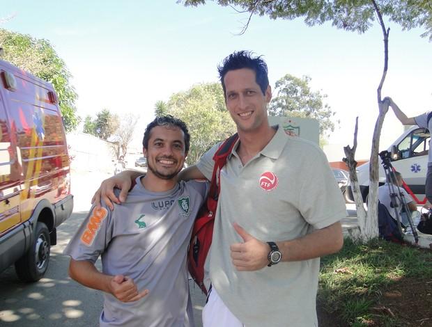 Diego Carvalho, fisioterapeuta do América-MG, ao lado do goleiro do Taiti (Foto: Valeska Silva / Globoesporte.com)